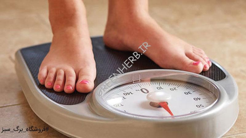 خانوم ایستاده روی ترازو در حال وزن کشی